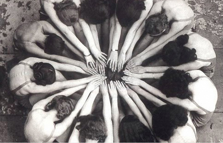 1930s black and white photo of girls synchronized swimming